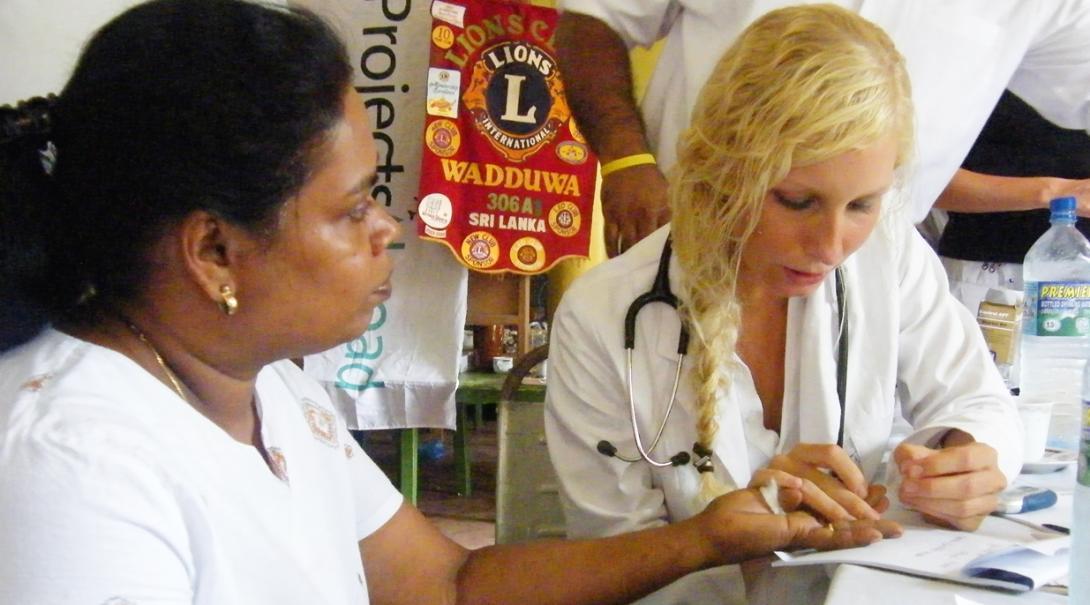 スリランカで地域住民のヘルスチェックを行う医療インターン